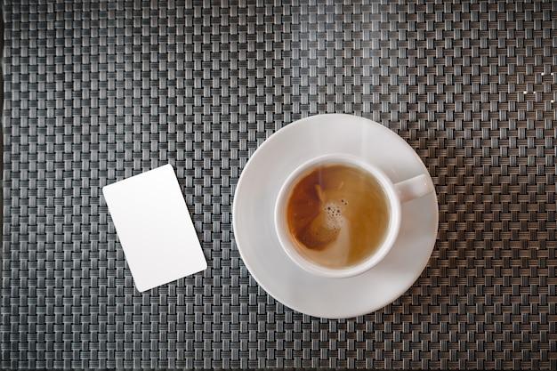Mock-se do cartão de crédito perto da xícara de café