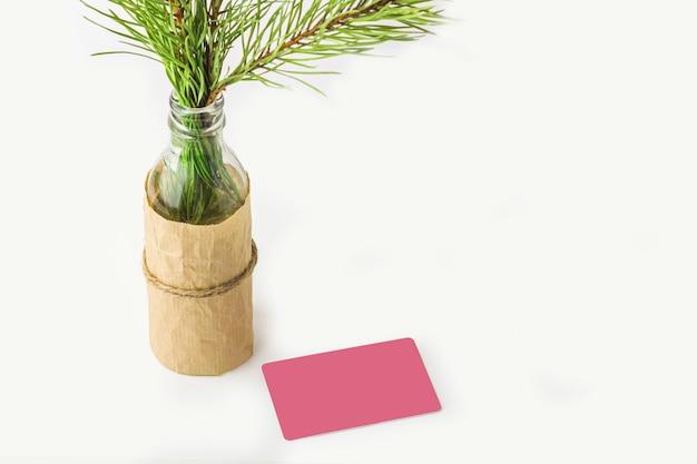 Mock-se do presente de natal ou cartão de nota. galho de árvore de abeto