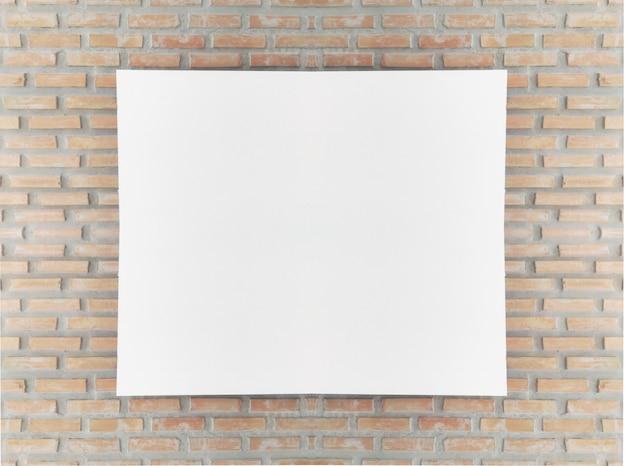 Mock-se moldura de cartaz em branco na parede de tijolos.