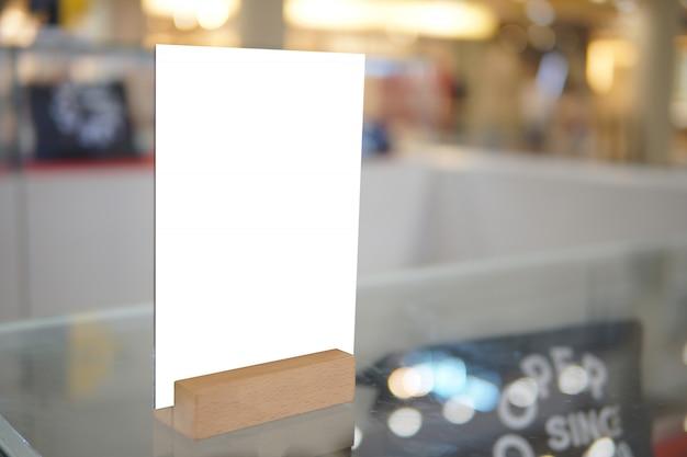 Mock-se objeto de menu no café e restaurante, tela em branco para livreto com folhas brancas de papel na mesa de madeira na cafeteria, copyspace para objeto de texto ou gráficos