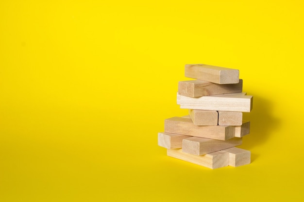 Mock-se para a data do calendário. blocos de madeira dobrados na torre com lugar para mês e dia