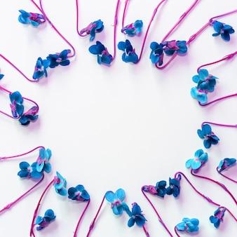 Mock-se quadro com flores azuis em fundo branco com copyspace