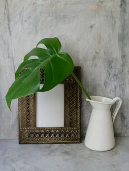 Mock-se quadro com folha tropical verde em vaso, cópia espaço