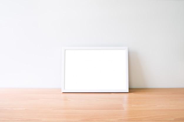 Mock-se quadro da foto do horizonte na tabela woodden.