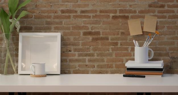 Mock-se quadro e copie o espaço com material de escritório