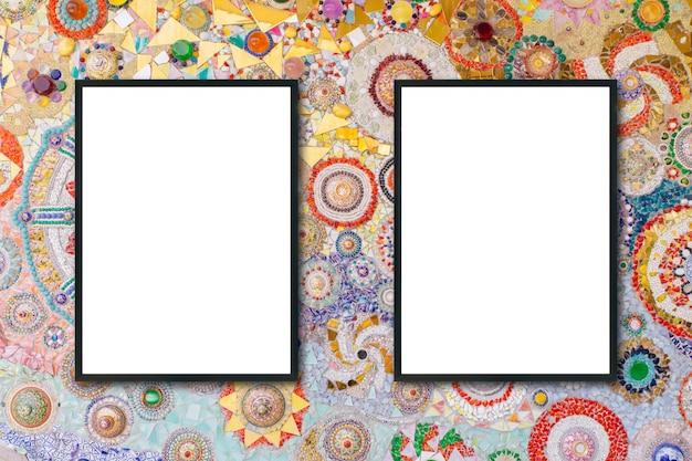 Mock up blank frame pendurado na parede no quarto