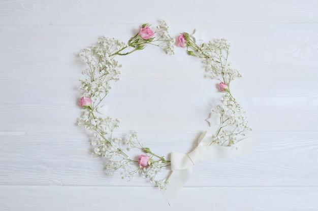 Mock up composição grinalda de flores brancas em estilo rústico, para o dia de são valentim com um lugar para o seu texto. cama plana, simulação de foto de vista superior.