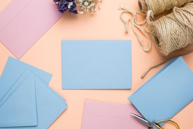Mock up convites de casamento-de-rosa e azuis