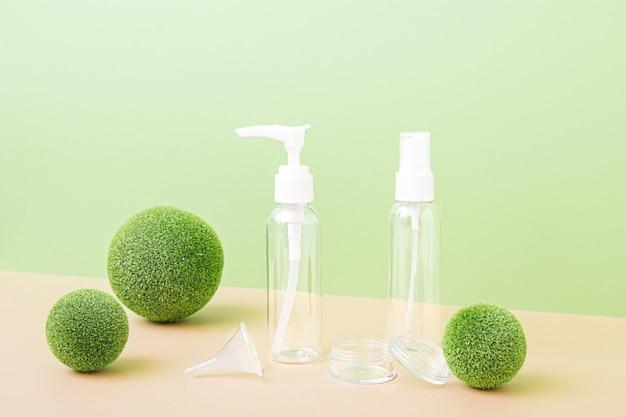 Mock-up de frascos transparentes vazios para cosméticos. tratamento corporal e facial e spa. produtos de beleza naturais. óleo de massagem anticelulite. lugar para texto, imagens