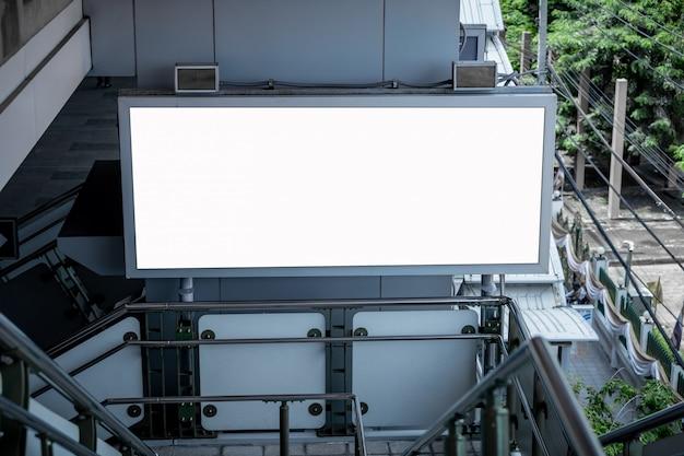 Mock up em branco billboard led branco vertical para publicidade