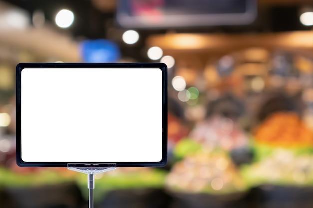 Mock up em branco placa de preço cartaz sinal display com fundo abstrato de corredor de supermercado