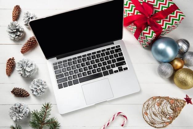 Mock up em branco tela vazia do laptop na mesa de madeira branca