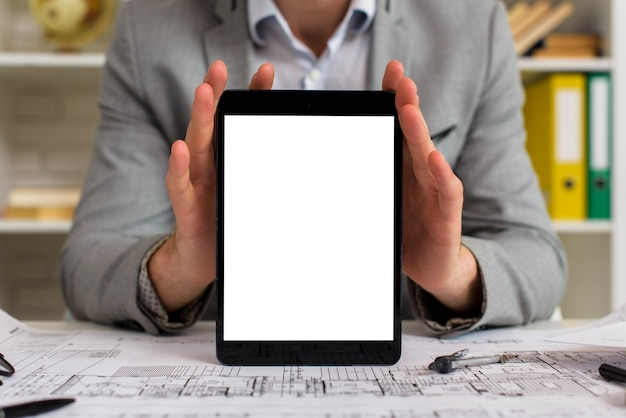 Mock-up empresário segurando o tablet