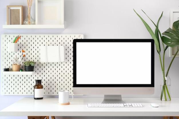 Mock up espaço de trabalho do sotão com computador de tela em branco para montagem de exibição gráfica.