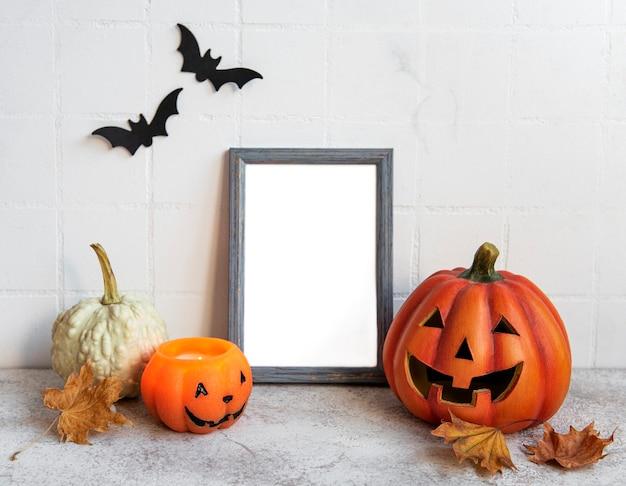 Mock up frame com jack o lantern e decoração de abóbora em uma mesa conceito de halloween