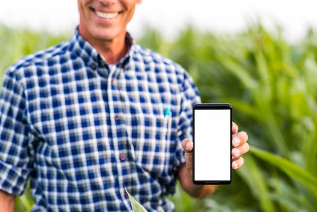 Mock-up homem segurando um telefone
