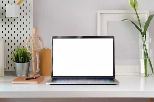 Mock up laptop no espaço de trabalho