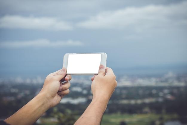 Mock up mão segure o telefone inteligente