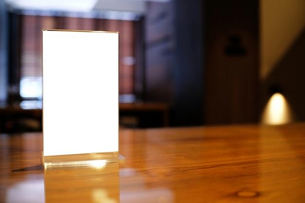 Mock up menu frame de pé na mesa de madeira no bar restaurant cafe