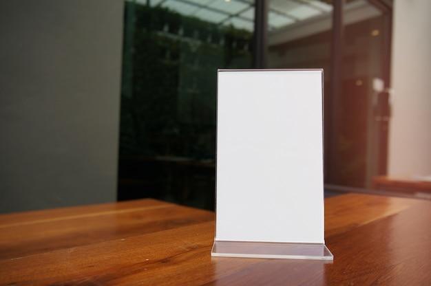Mock up menu frame de pé na mesa de madeira no bar restaurante cafe. espaço para texto. montagem de exibição de produtos