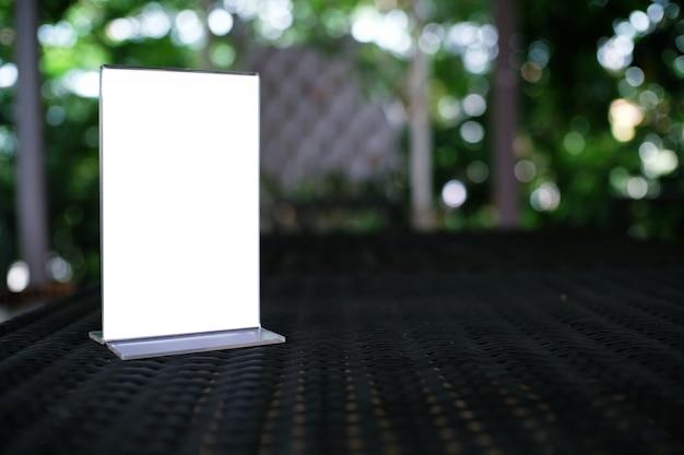 Mock up menu frame de pé na mesa de madeira no bar restaurante cafe. espaço para texto.