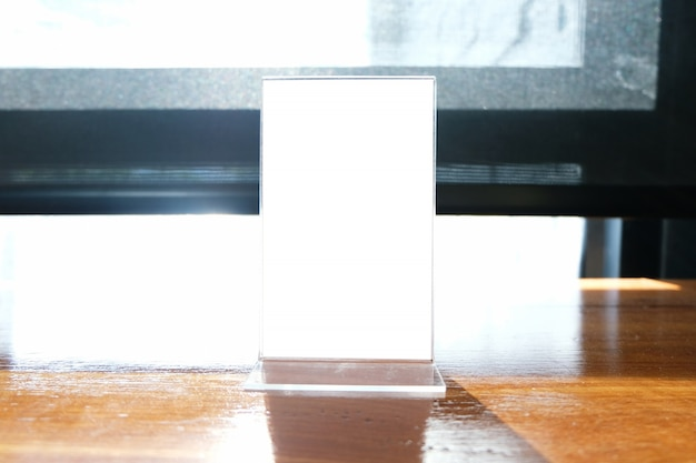 Mock up menu frame de pé na mesa de madeira no bar restaurante cafe. espaço para texto