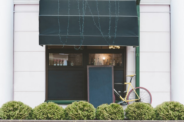 Mock up mesas no fundo da bicicleta e café de rua