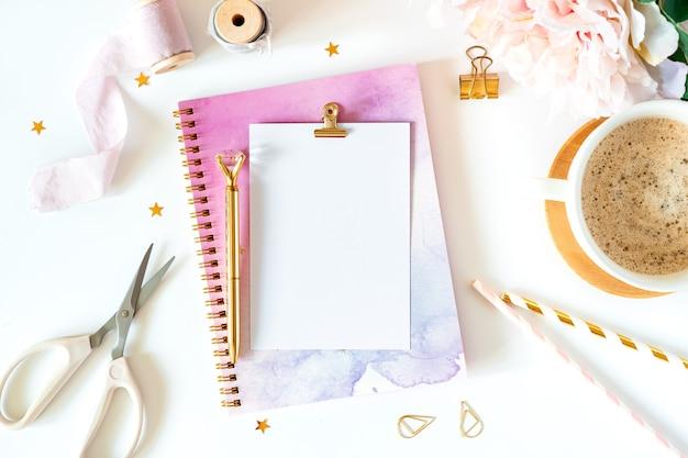 Mock up planejador de mesa e artigos de papelaria.