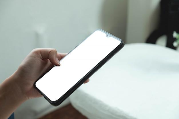 Mock up, recortada de mão de mulher usando a tela do telefone móvel branco, conceito de tecnologia