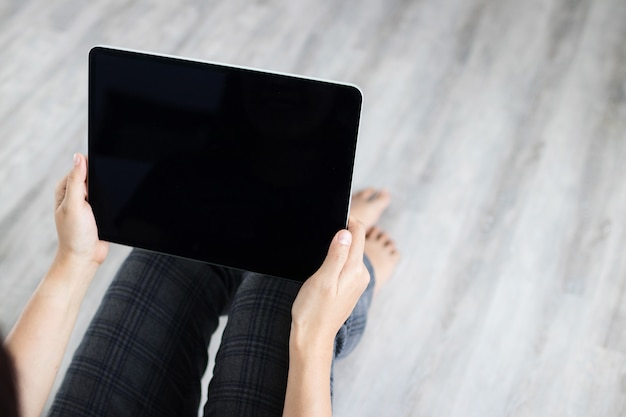 Mock up tablet preto nova versão na mão da mulher
