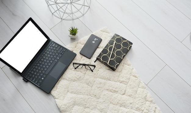 Mock up top view educação em casa online ou trabalho. escola em casa ou escritório com notebook