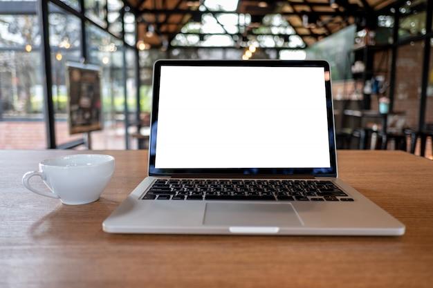 Mock up usando o laptop com computador de tela em branco moderno espaço de trabalho na cafeteria