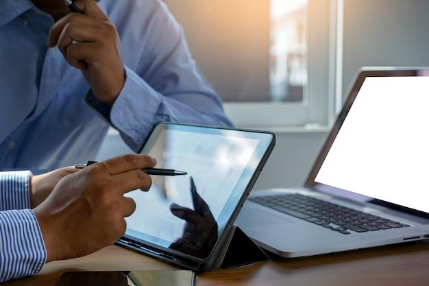 Mock up usando o laptop com computador de tela em branco moderno