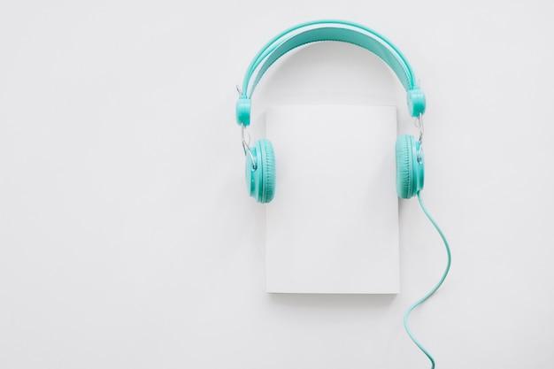 Mockup de folhetos com fones de ouvido