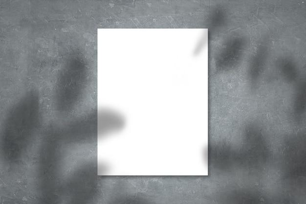 Mockup de papel branco exibido na parede de concreto com folhas de sobreposição de sombras realistas em fundo bege, banner para marketing promocional, plano de fundo para design criativo estético