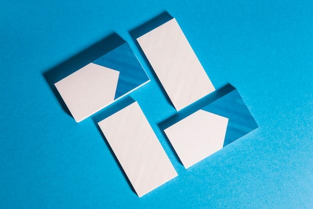 Mockup de papelaria com quatro pilhas de cartão de visita