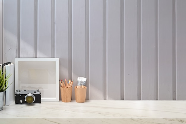 Mockup elegante minimalista no local de trabalho e cópia espaço