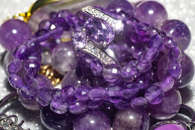 Moda anéis de prata, pulseiras e colares com ametistas roxas e pedra fosfosiderita.