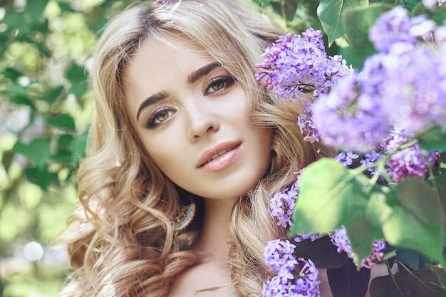 Moda ao ar livre mulher jovem e bonita flor lilás