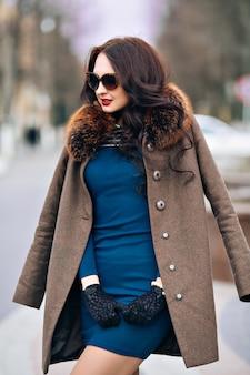 Moda ao ar livre mulher jovem e sexy glamour com cabelo escuro comprido chique.