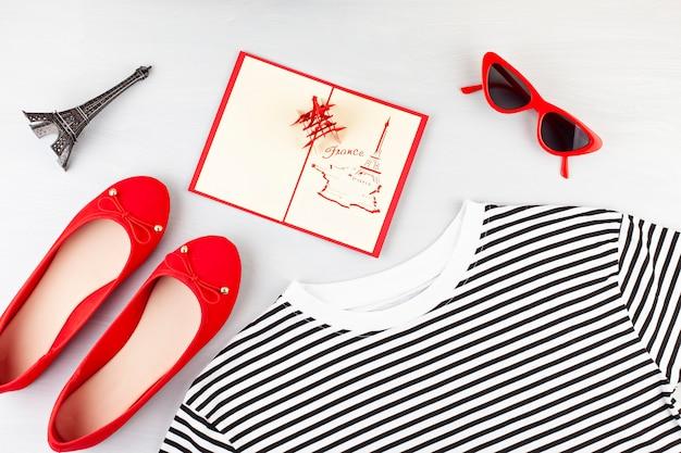 Moda apartamento leigos com roupa urbana de estilo francês meninas com t-shirt, sapatos de bailarina, óculos escuros e jeans.