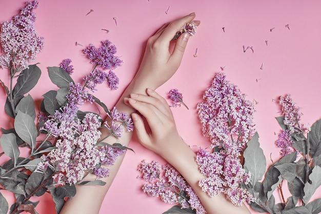 Moda arte mãos cosméticos naturais flores lilás
