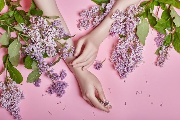 Moda arte mãos mulheres de cosméticos naturais, brilhantes