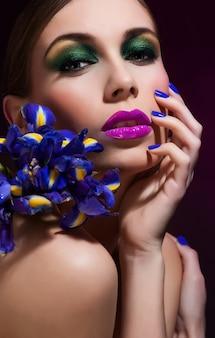 Moda beleza modelo menina com cabelo de flores. noiva. perfeito criativo maquiagem e penteado.