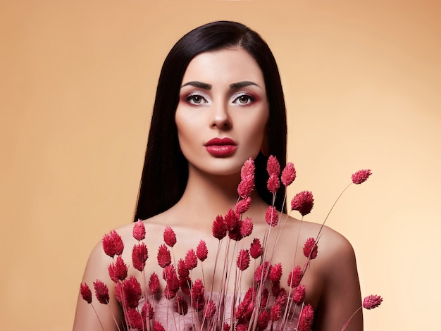 Moda beleza modelo mulher com flores.