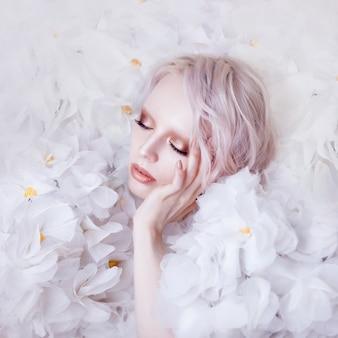 Moda beleza modelo mulher em rosas brancas.