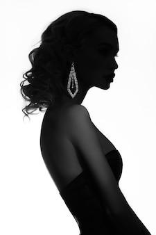Moda beleza mulher loira nua com pescoço de jóias