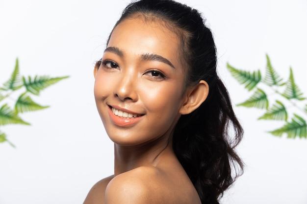 Moda beleza mulher tem cabelo preto longo e reto sentimento expresso. retrato de menina asiática usando vestido preto sobre uma parede branca, copie o espaço