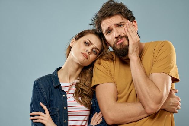 Moda casal emoções diversão estúdio comunicação parede azul.