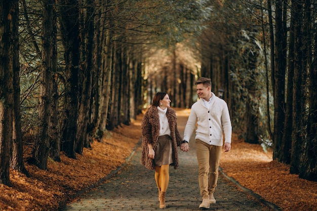 Moda casal juntos caminhando no parque